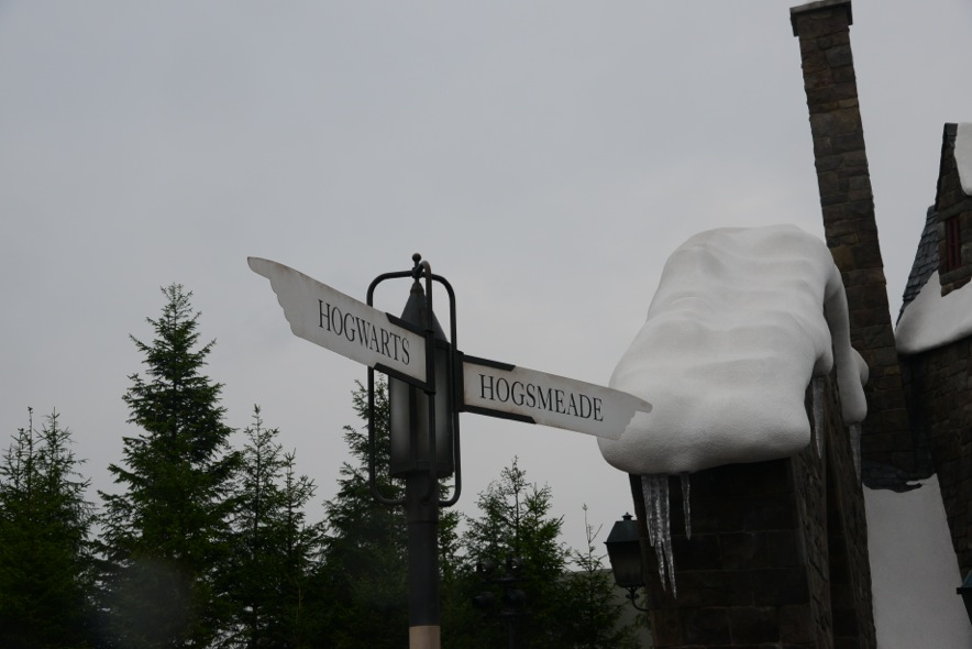 signs pointing in the directions of Hogwarts and Hogsmeade