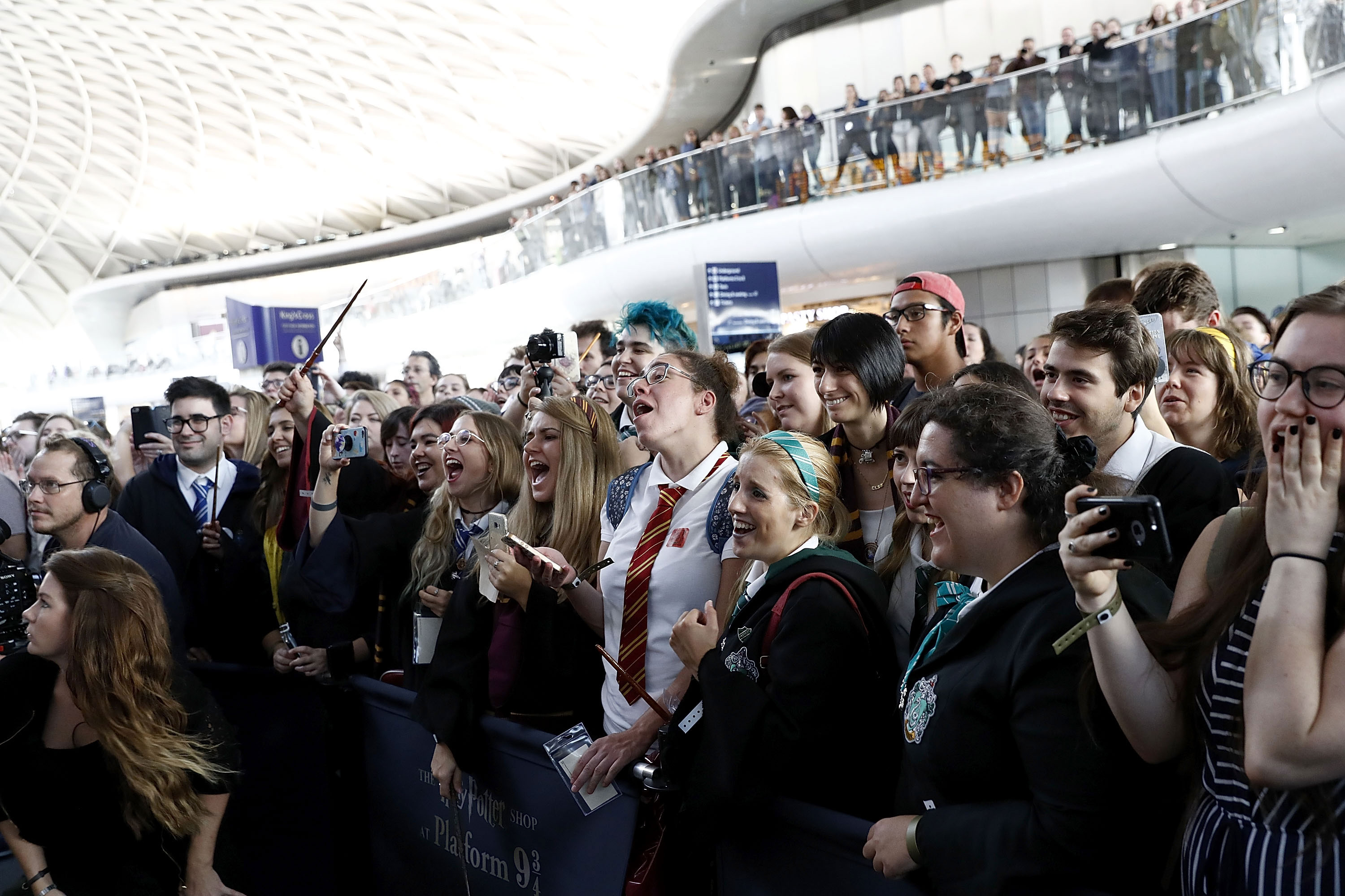 Fans are taken by surprise at the appearance of Law and Redmayne at Platform 9 3/4.