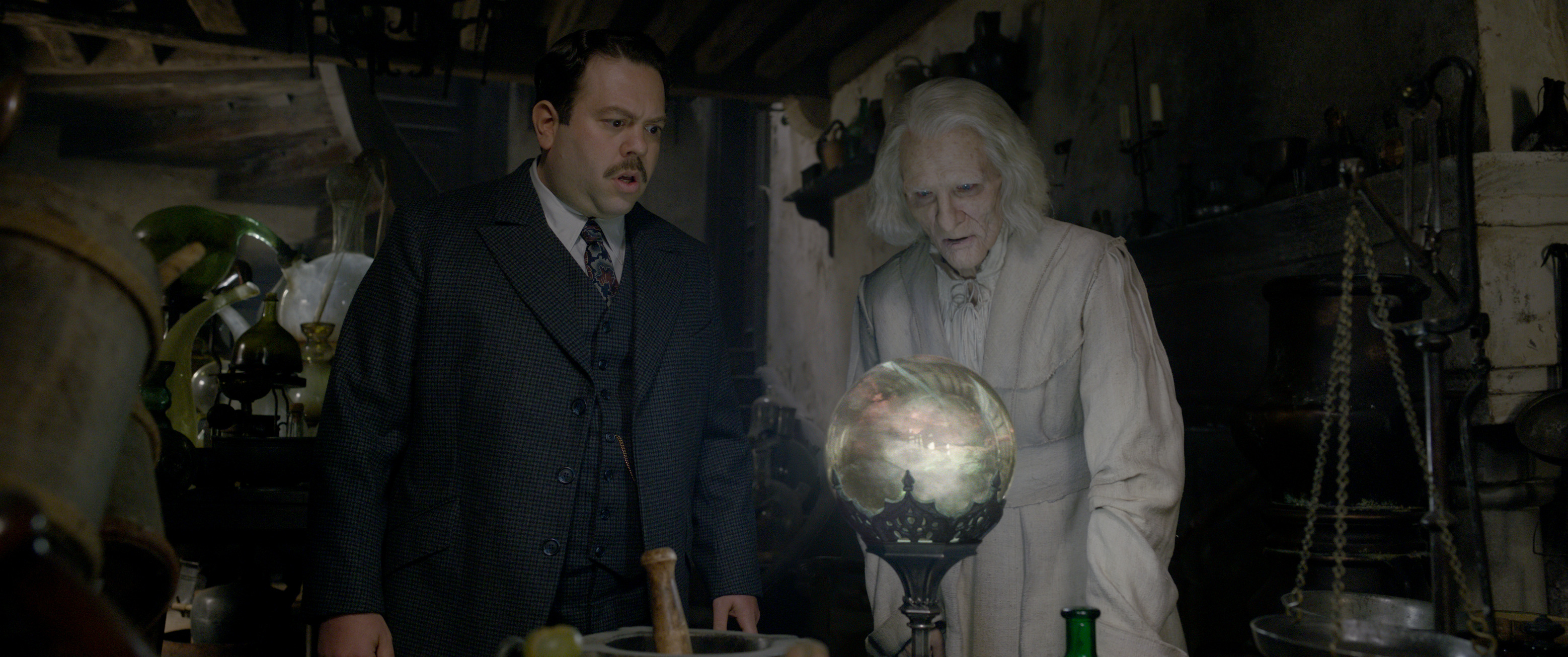 """Fantastic Beasts: The Crimes of Grindelwald"": Jacob Kowalski (Dan Fogler) and Nicolas Flamel (Brontis Jodorowsky)"