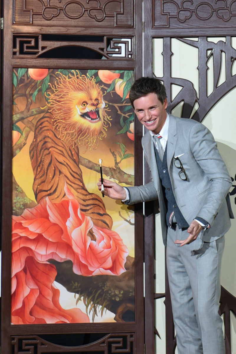 Eddie Redmayne (Newt Scamander) posed with a Zouwu at the Beijing press premiere. The Zouwu is a beast of Chinese origin that is capable of traveling 1,000 miles a day.