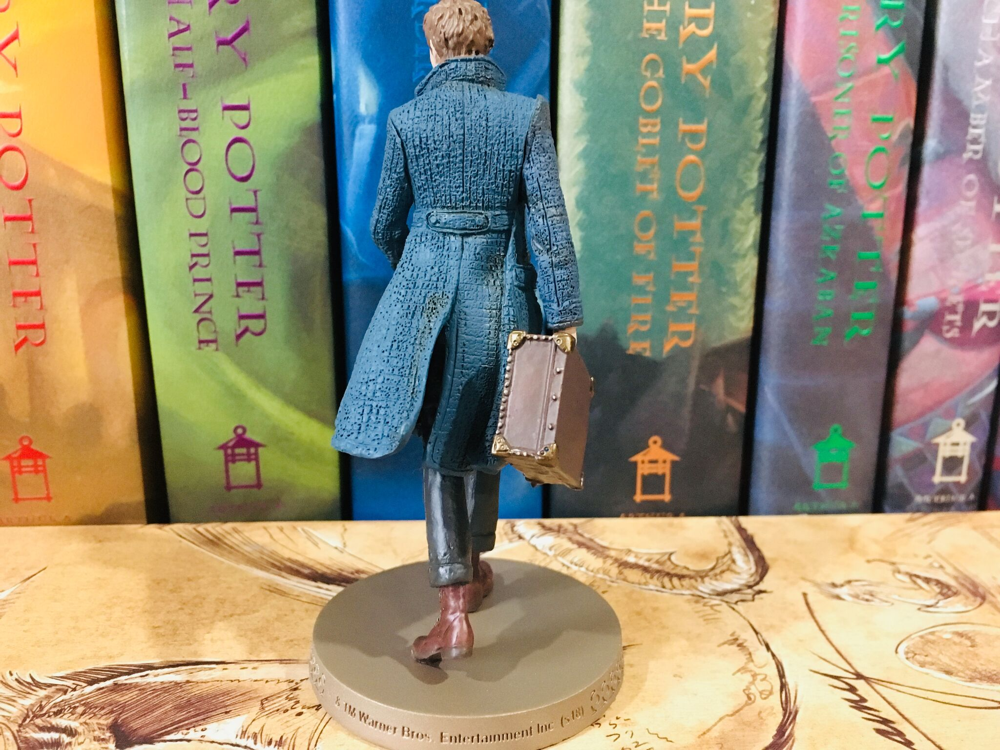 Even from the back, Newt's outfit is still lovingly characterized.