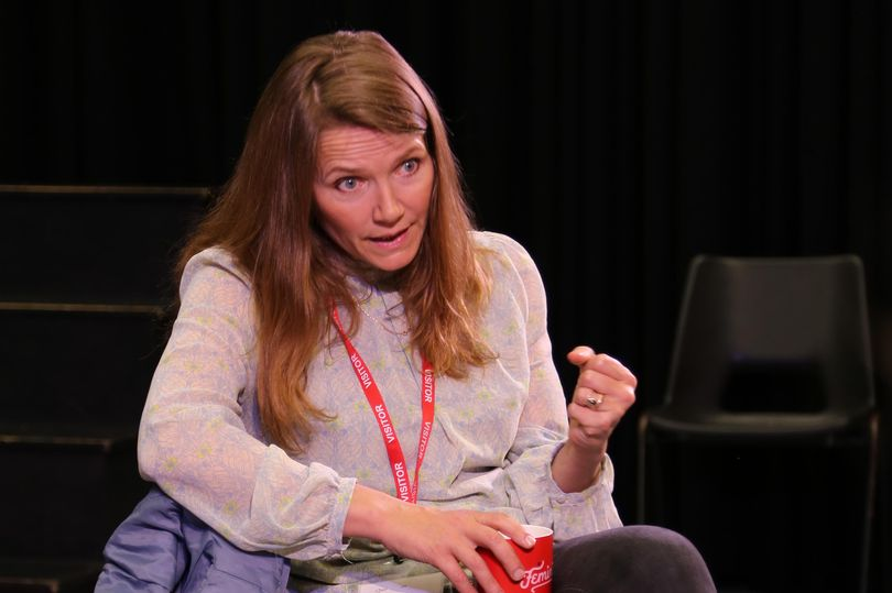 Jessica Hynes speaks with students about the benefits of pursuing drama.