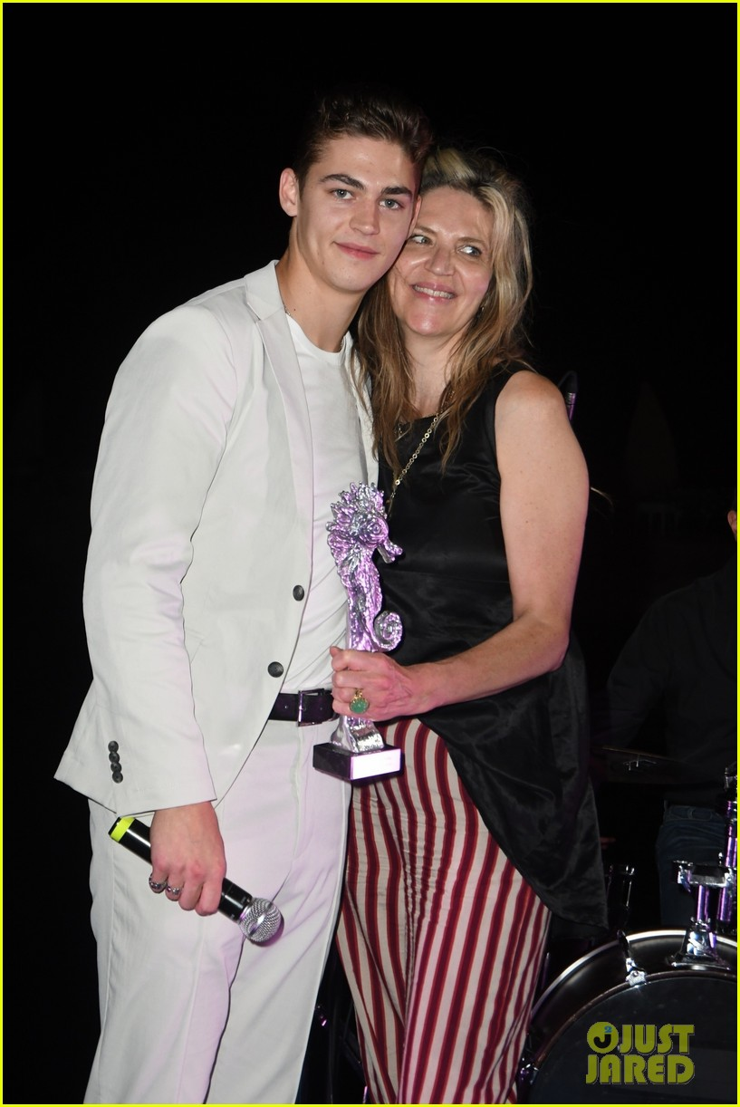 Hero Fiennes-Tiffin poses with his mother, Martha Fiennes, at the Ischia Awards.