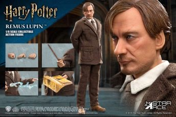 Here you can see Lupin with each of the accessories his figure comes with.