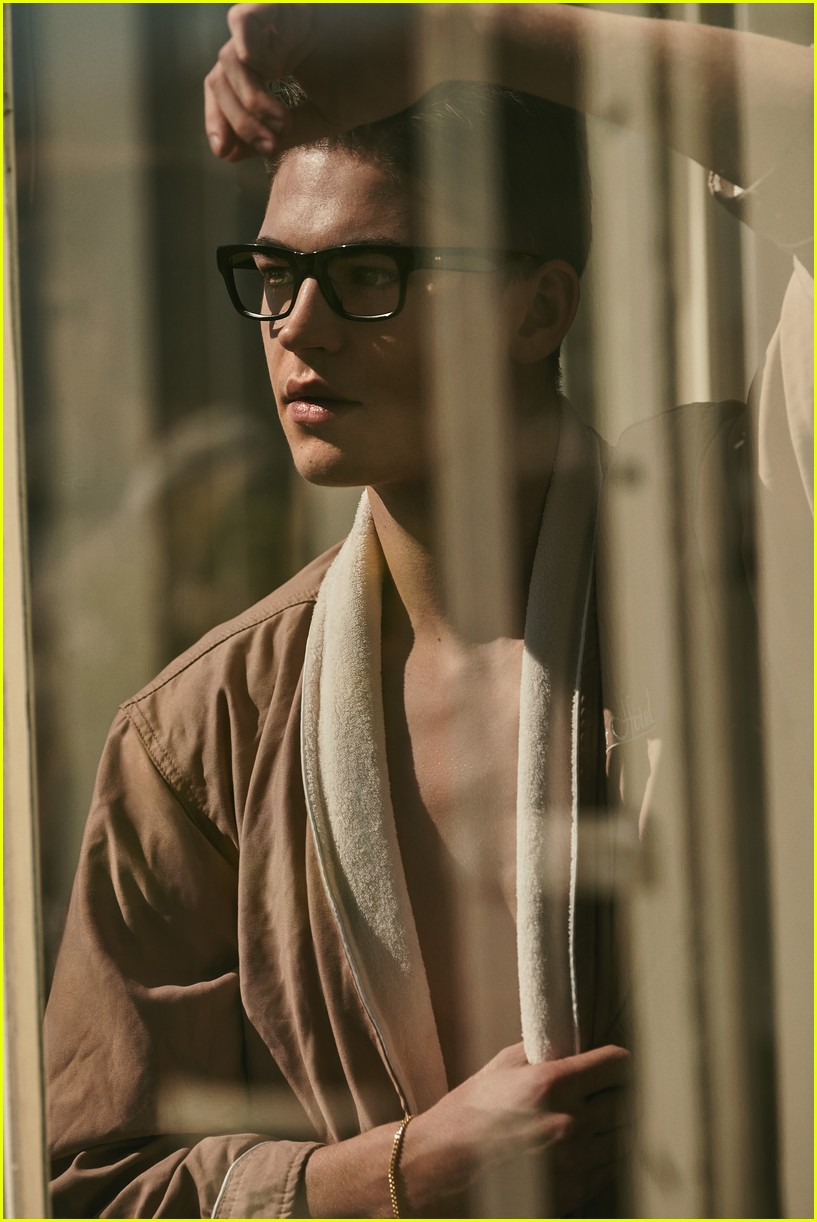 Hero Fiennes-Tiffin can see out the window a lot better thanks to his Oliver Peoples glasses.