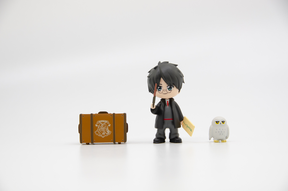 Ready for his first year at Hogwarts, Harry comes with a trunk and his Hogwarts letter.