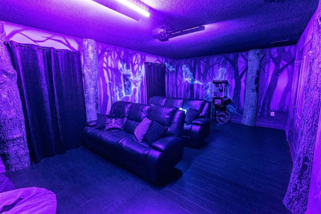 There is a large dark room with big, comfortable sofas and cushions. The walls are painted as the Dark Forest at Howarts. Because of the ultra-violet lights, we can see glow-in-the-dark Patronuses and Dementors among the trees.