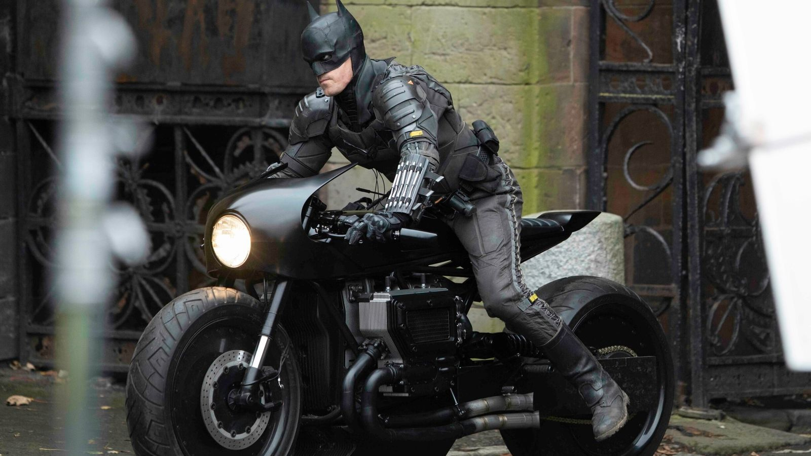"""Robert Pattinson's stunt double gives us a good look at both the new Batsuit and one of Bruce Wayne's wonderful toys during filming for """"The Batman""""."""