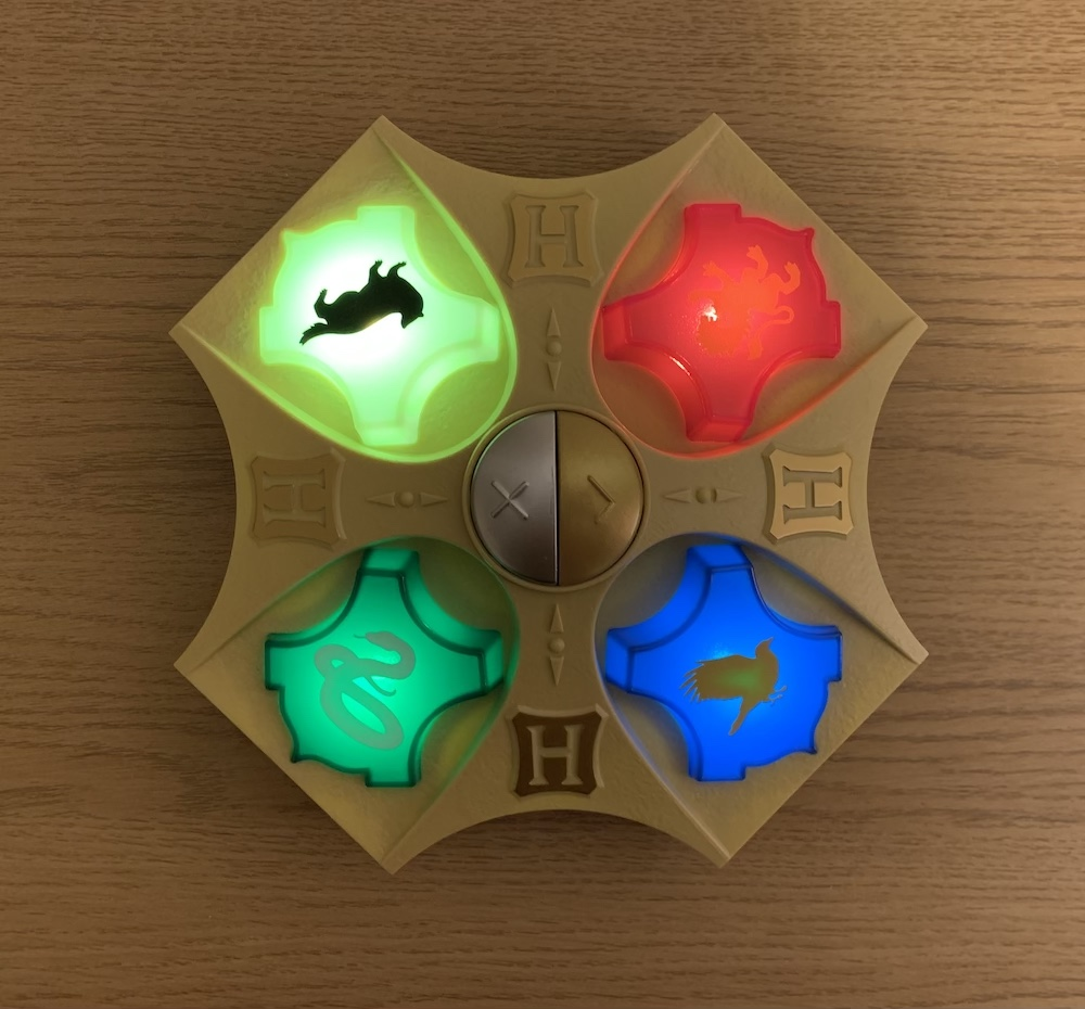 The House crest of the player who is in the lead lights up throughout the game.